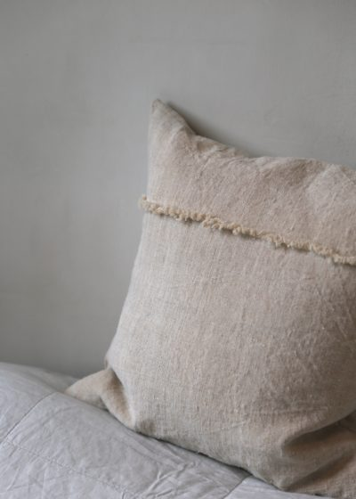 Linen pillow with fringes by Isabelle Yamamoto