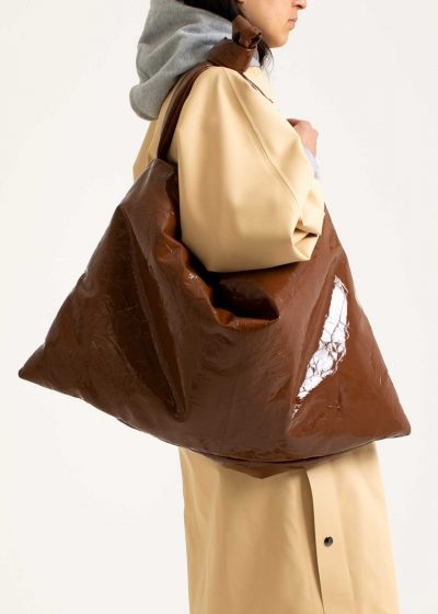 Square bag M in leather lacquer cognac by KASSL editions