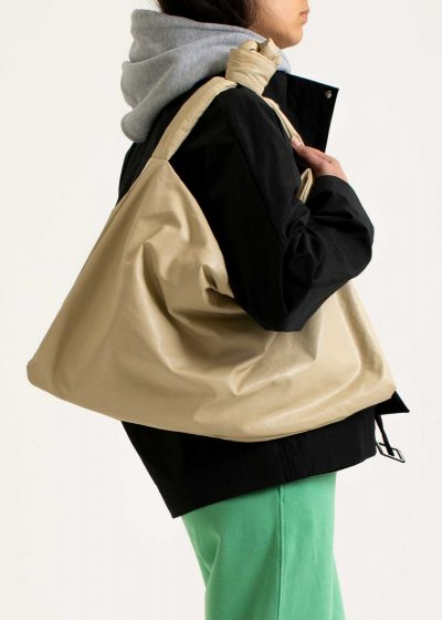 Square bag M in oil sand by KASSL editions