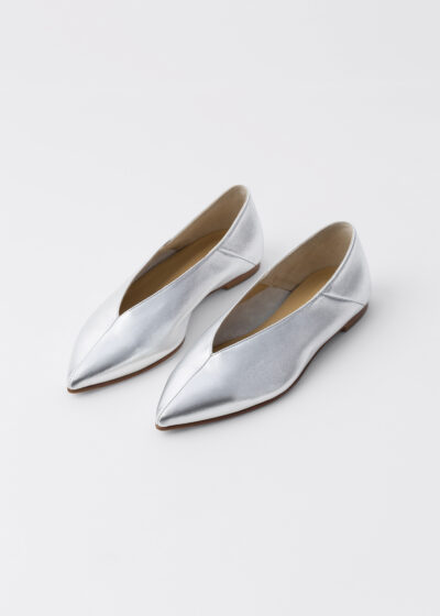 'Moa' flat in silver by Aeyde